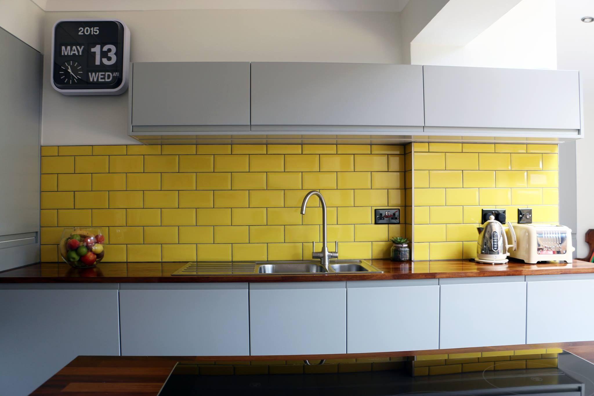 credence cuisine carrelage metro jaune