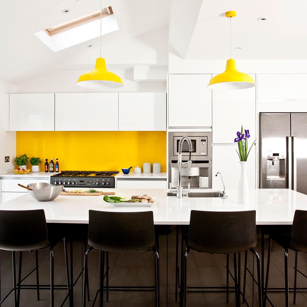 cuisine contemporaine blanche et jaune