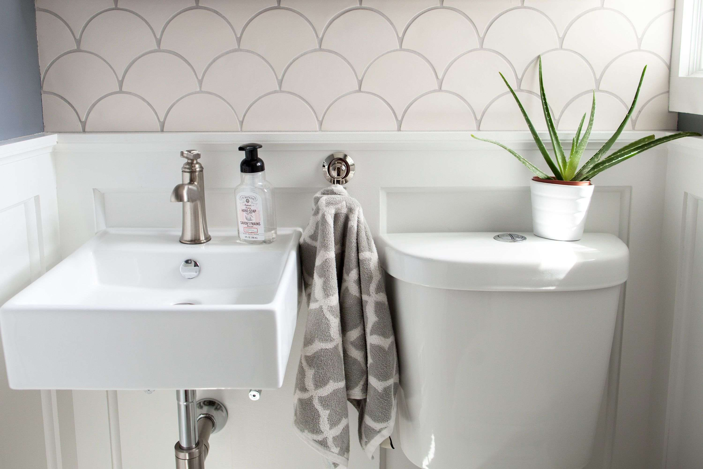 carrelage ecaille decoration salle de bain blanche