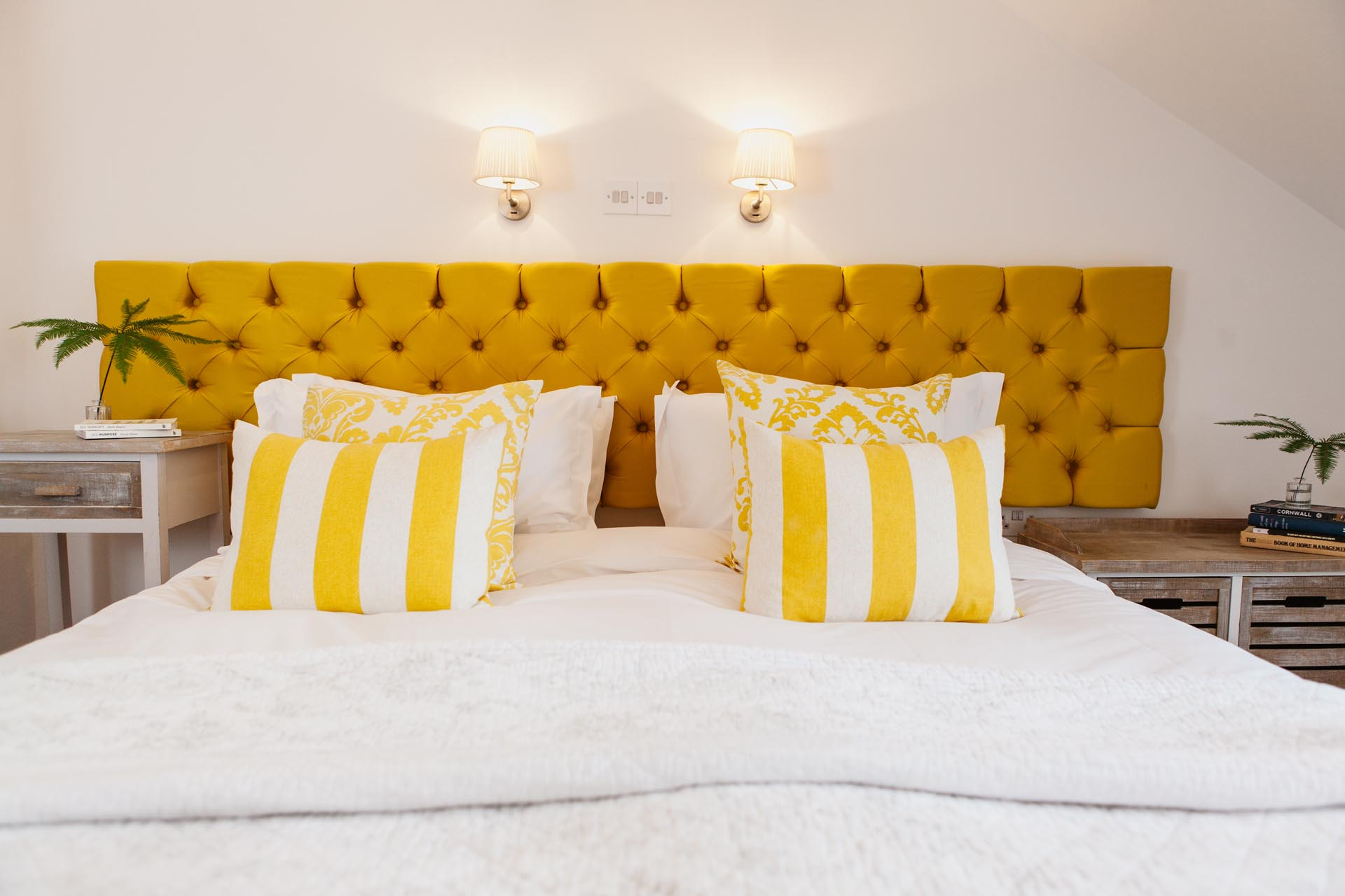 chambre jaune decoration tete de lit