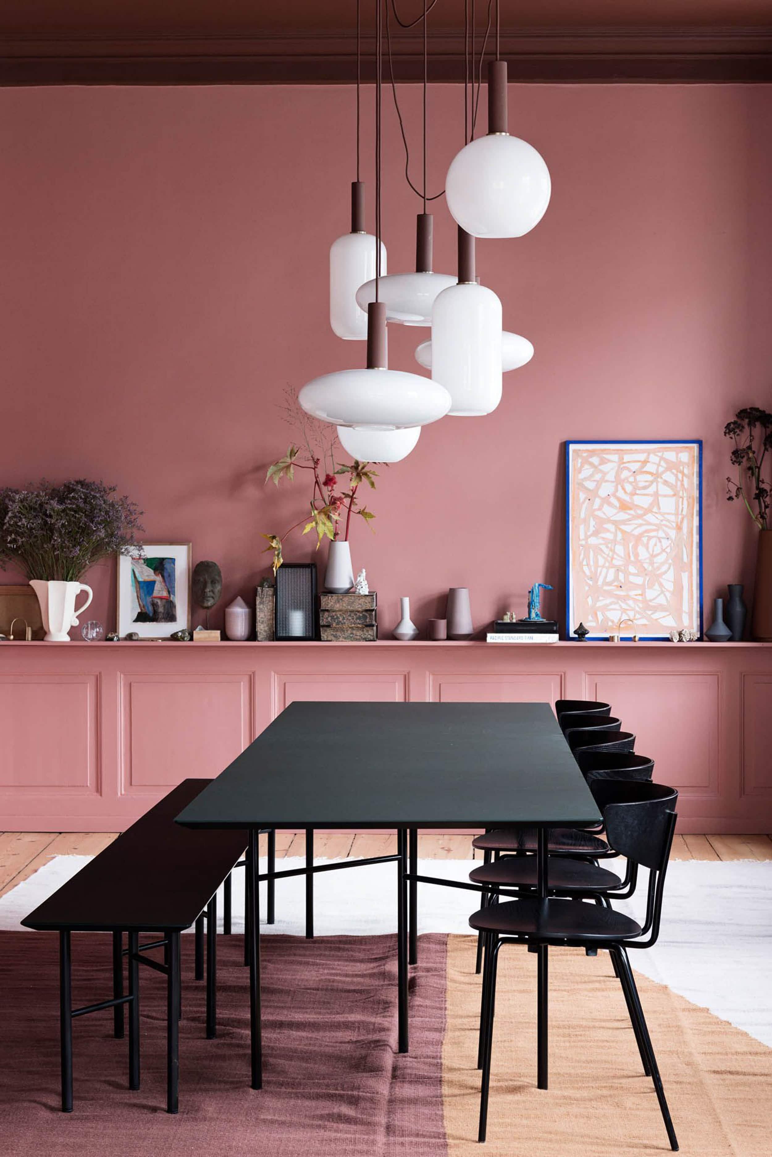 suspension salle a manger contraste murs couleurs
