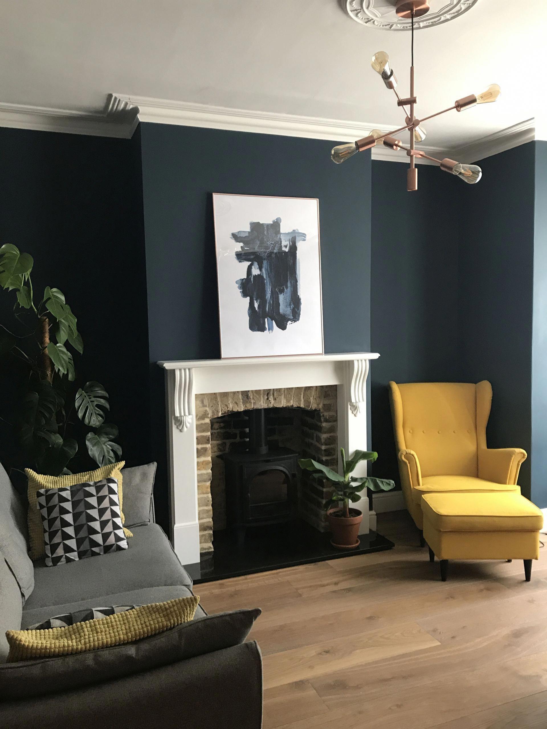 salon noir ambiance classique jaune