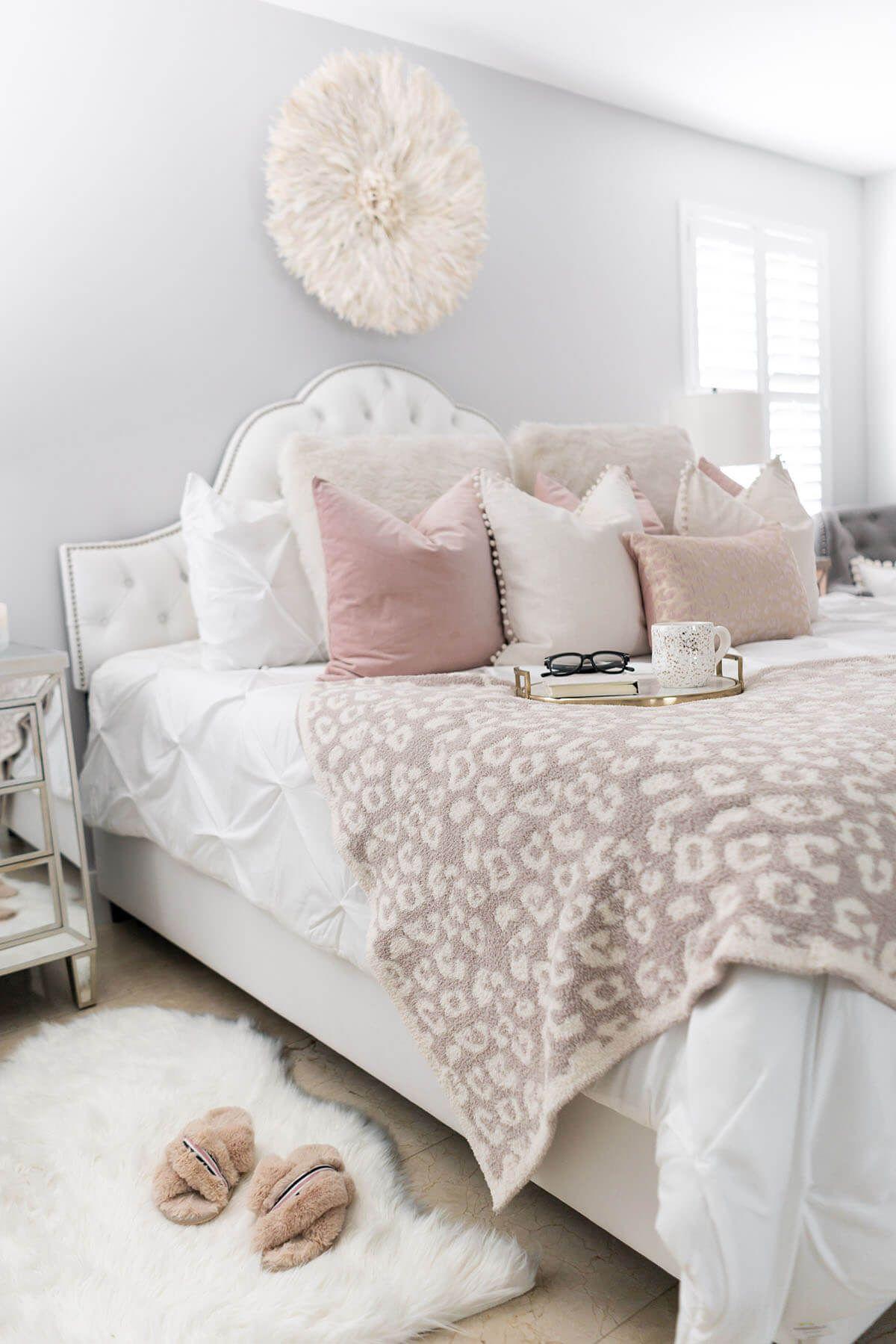 chambre deco elegante feminine coussins