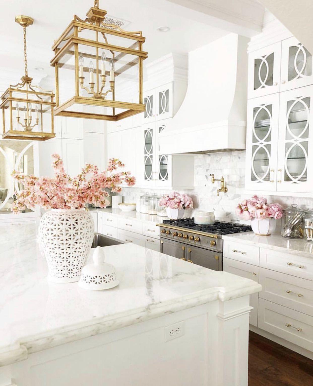 cuisine couleur or blanc elegante