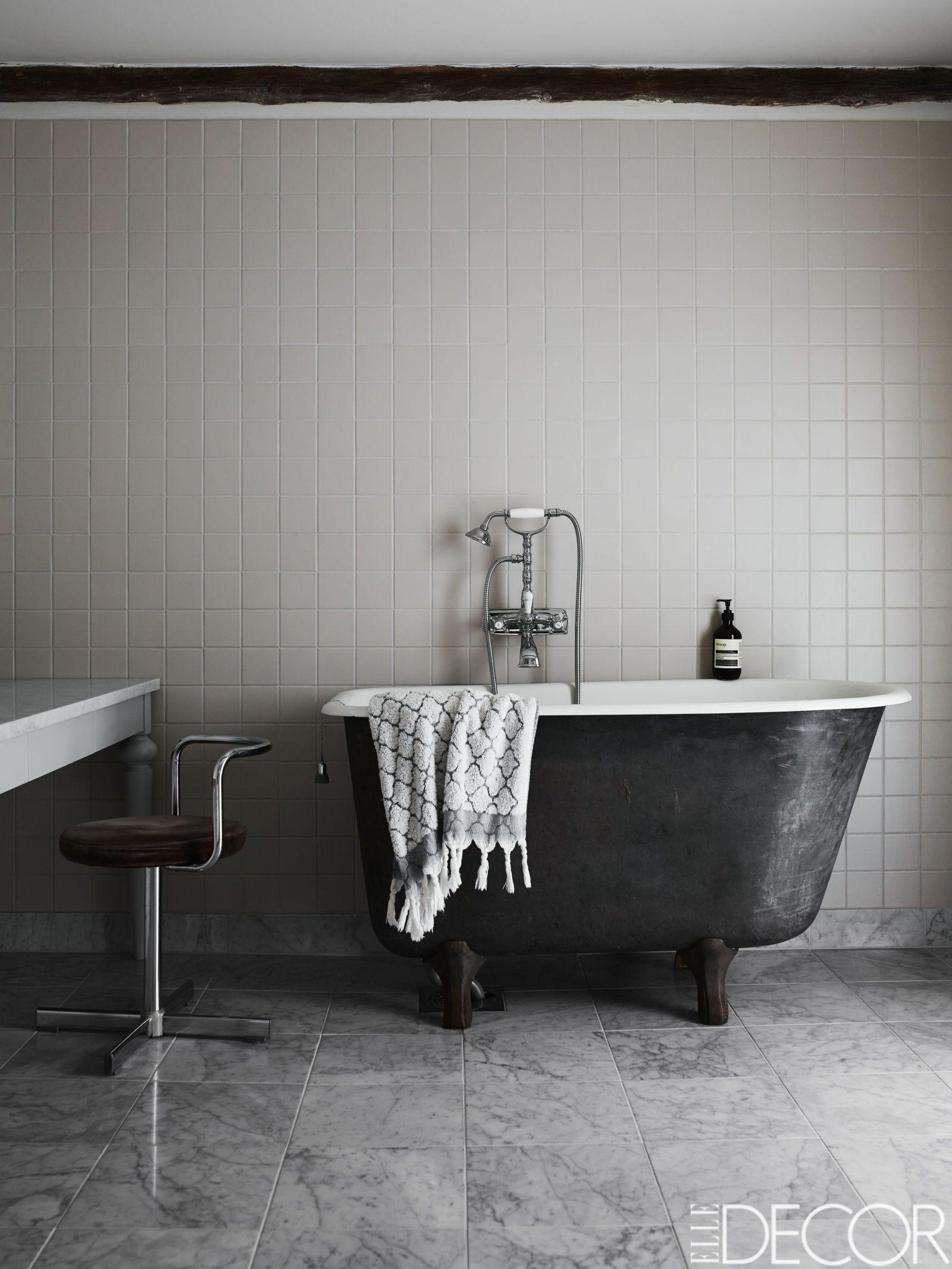 couleur sombre salle de bain baignoire noire