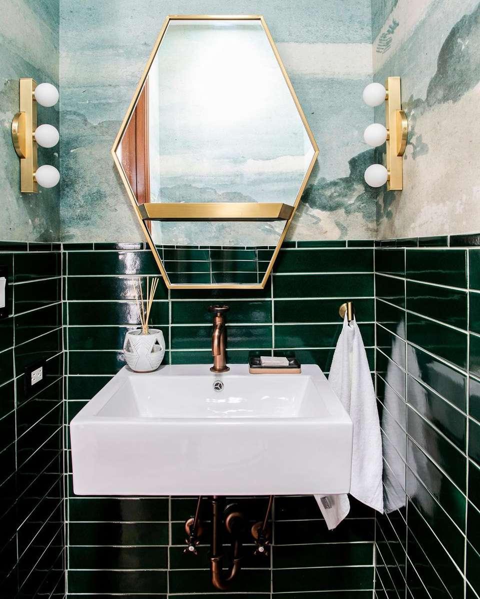 couleur sombre salle de bain carrelage vert