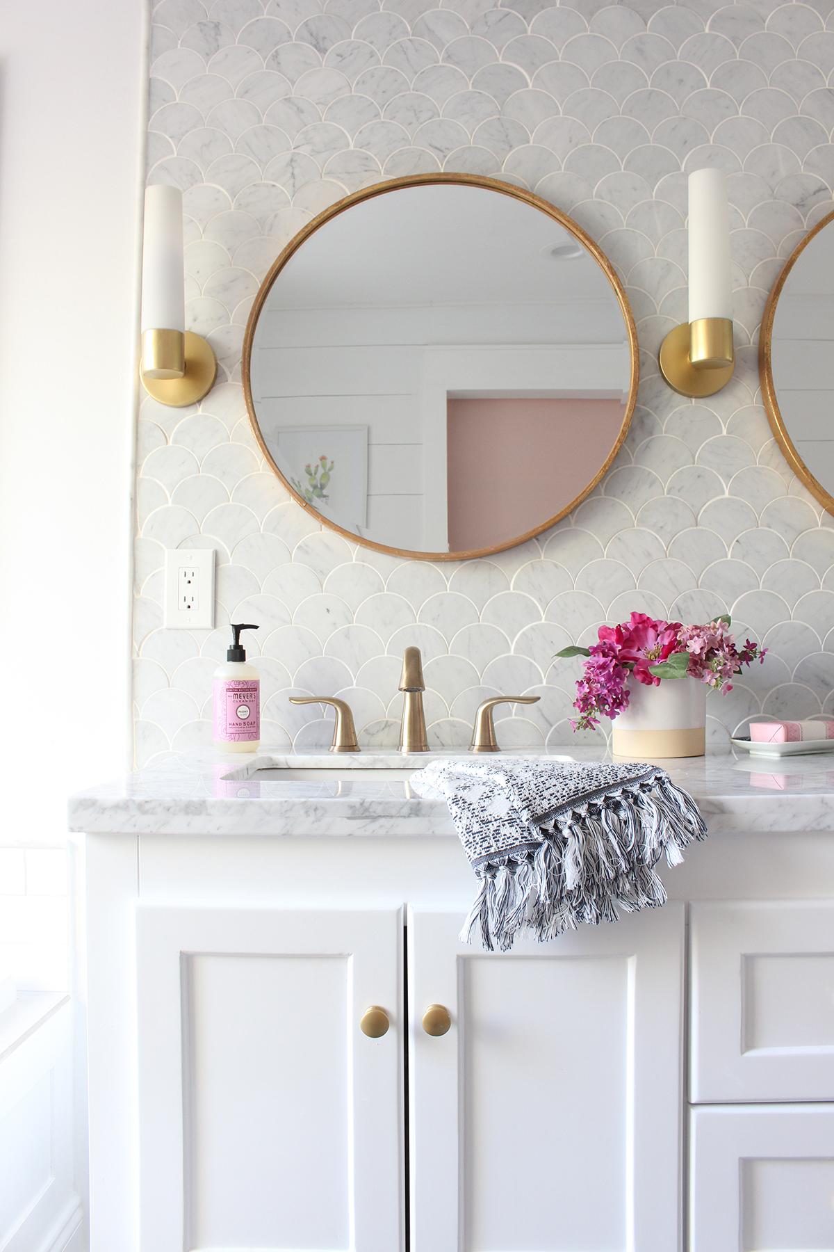 salle de bain feminine et elegante marbre or blanc