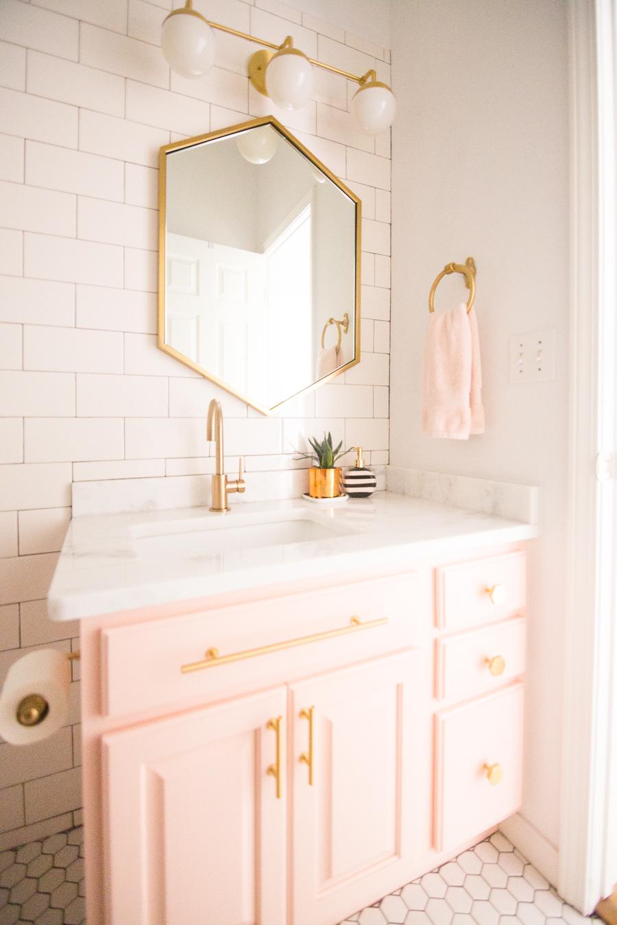 salle de bain feminine et elegante rose et or