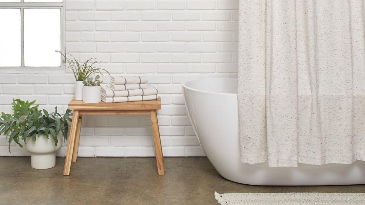 salle de bain minimaliste baignoire serviette