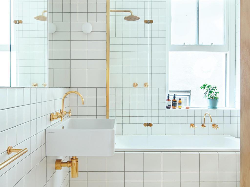 salle de bain minimaliste decoration blanc or