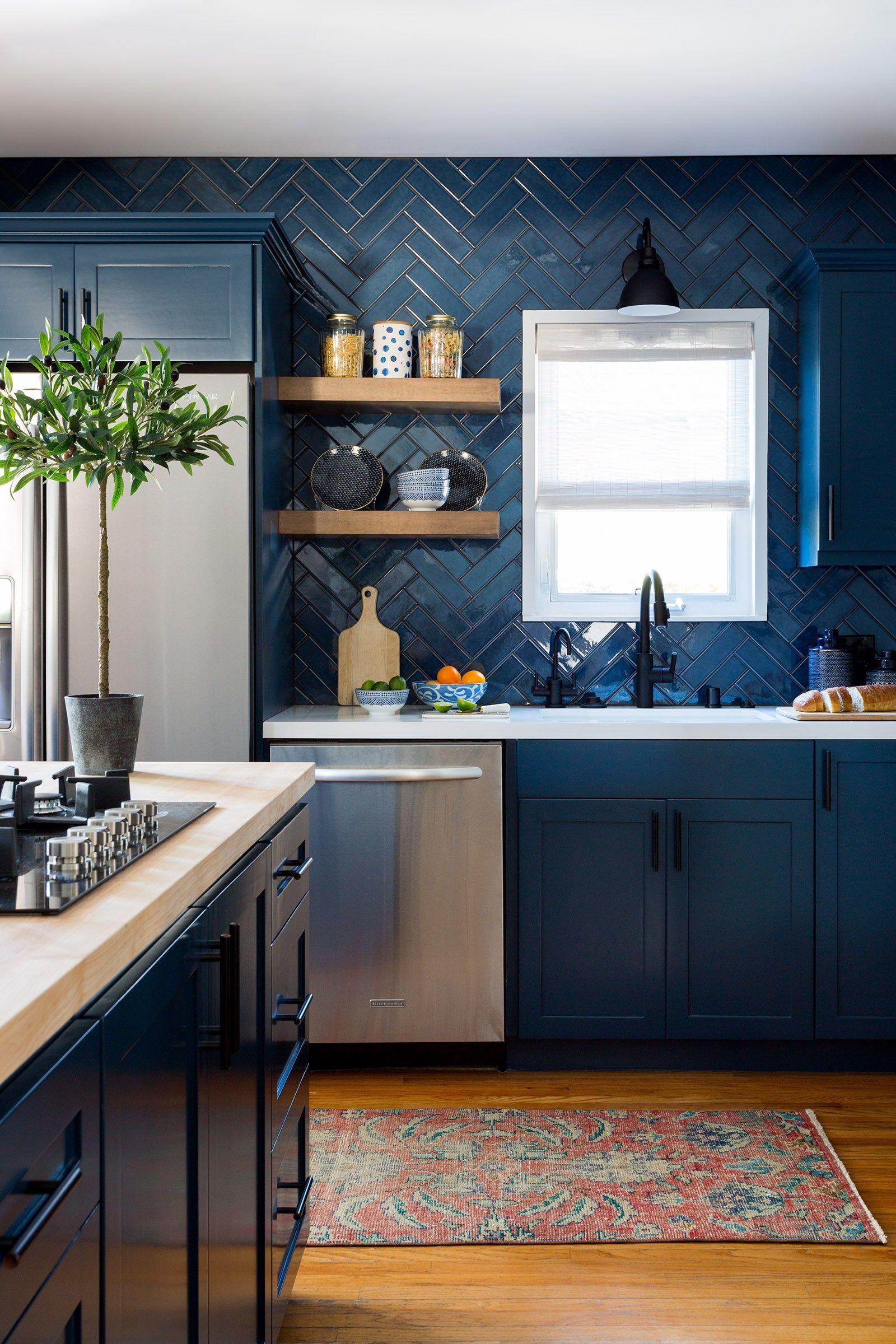 couleur foncee cuisine bleu carrelage meuble