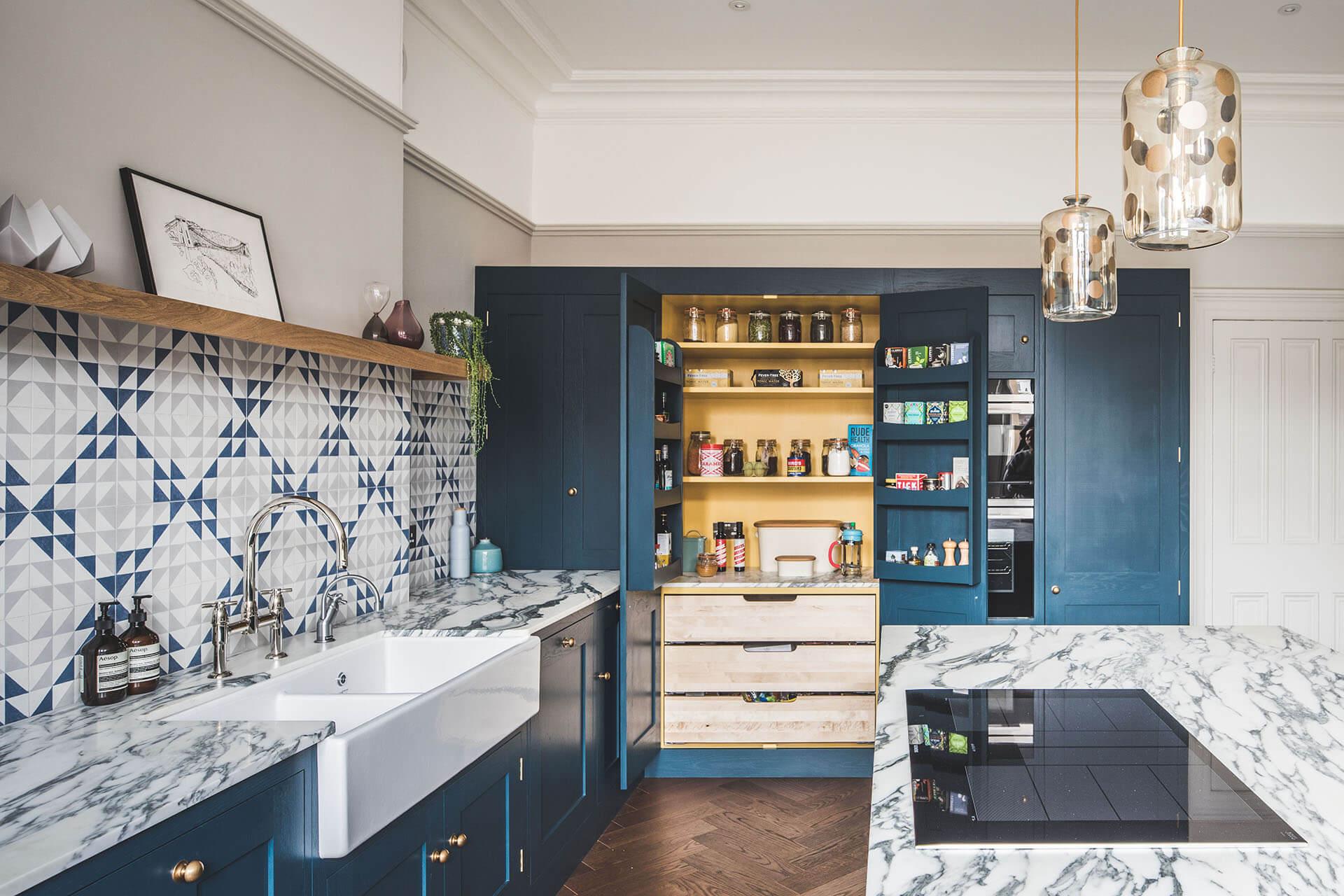 couleur foncee cuisine bleu peinture carrelage