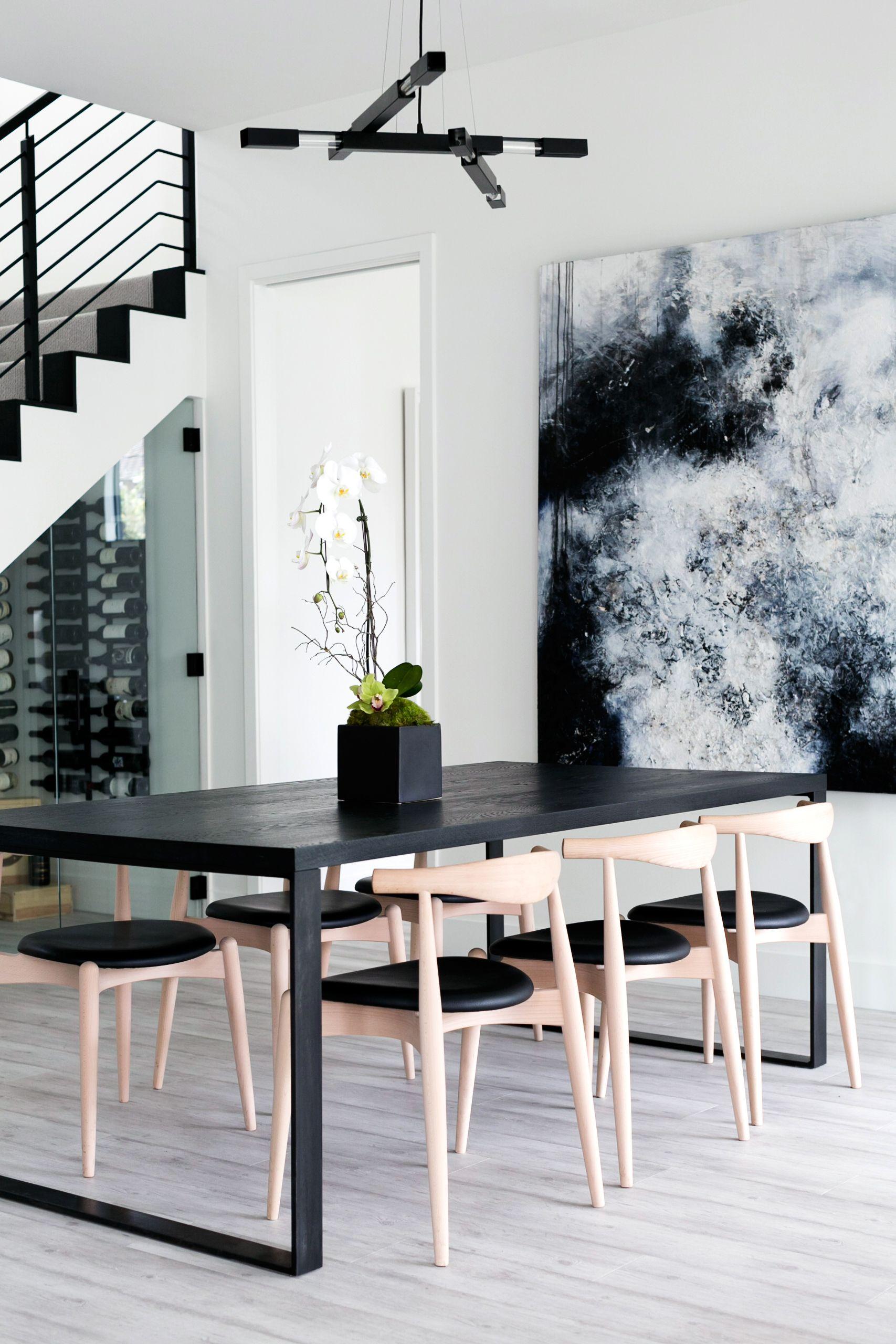 couleur salle a manger table noir chaise bois