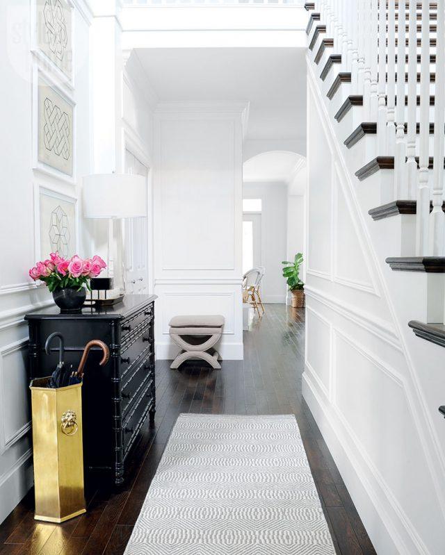 deco entree elegante feminine lumineuse sol foncé escaliers blanc meuble noir