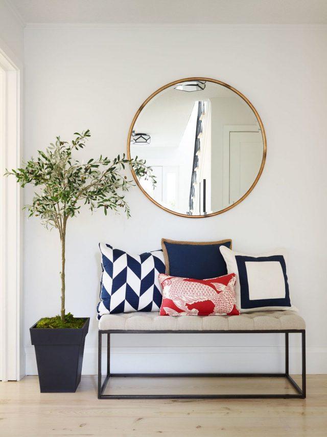 entree deco elegante simple banc petit arbuste miroir rond coussin