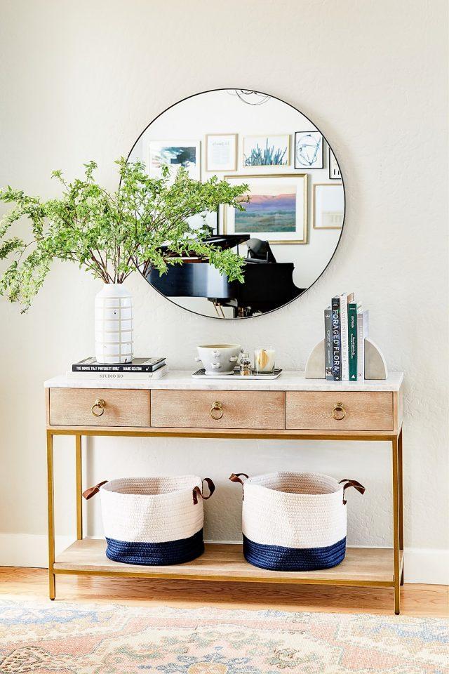 entree deco feminine lumineuse console bois grand miroir rond vase blanc