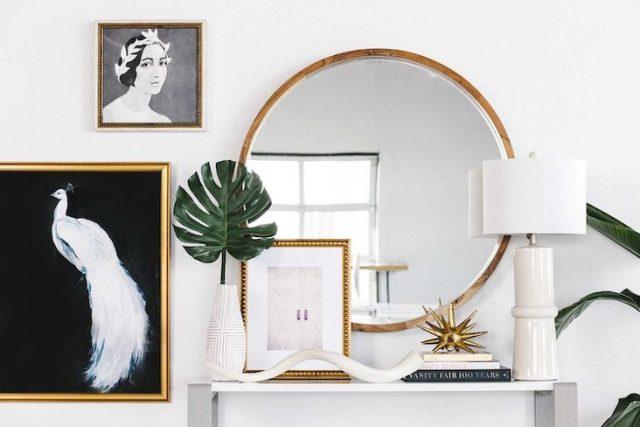 idee deco entree ambiance feminine et elegante cadre miroir rond lampe et vase