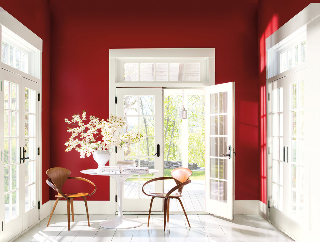 salle a manger couleur foncee rouge intense boiseries blanches