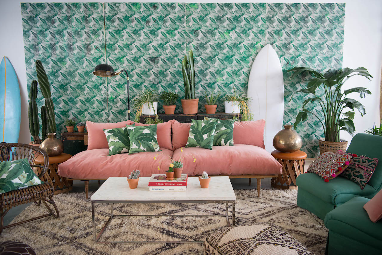velours rose canape ambiance tropicale