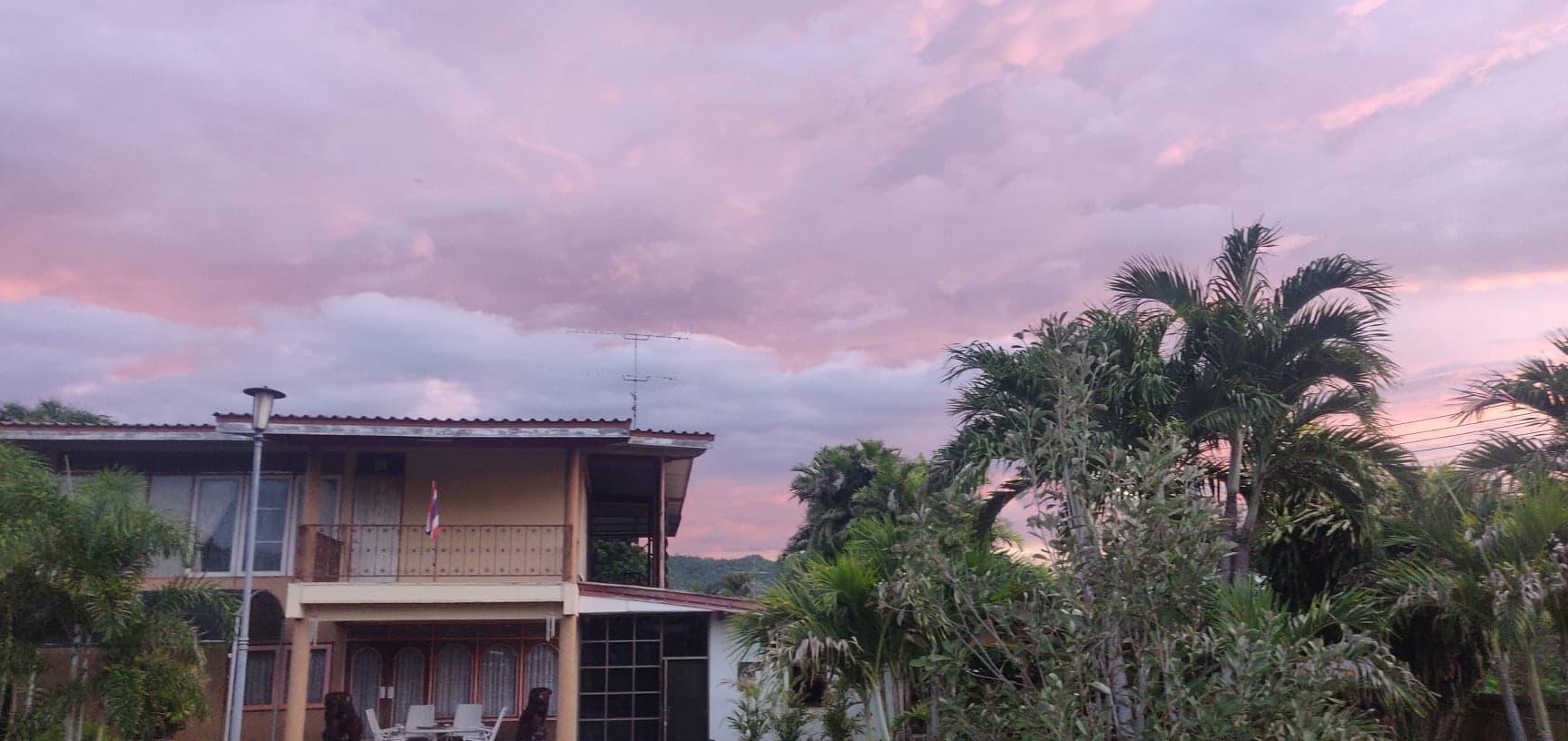 journal nomade thailande ciel rose