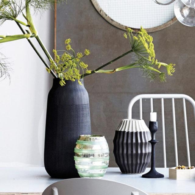 intérieur style nature vase en argile noir