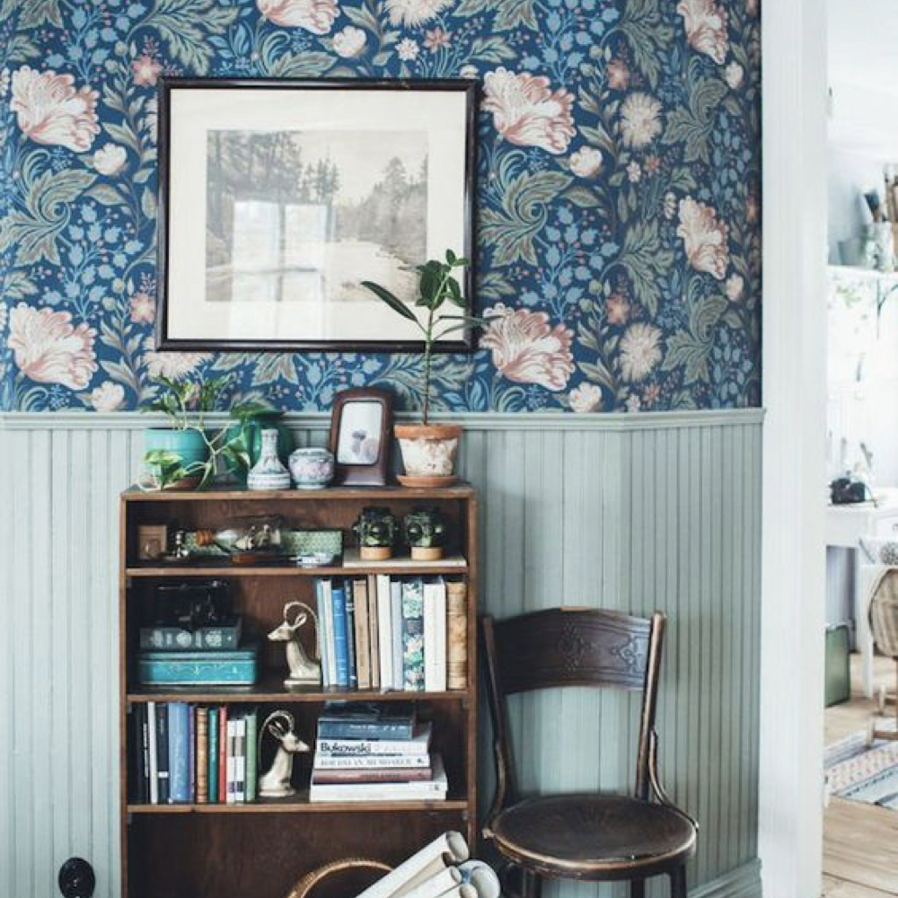 papier peint floral et soubassement bois peinture 2