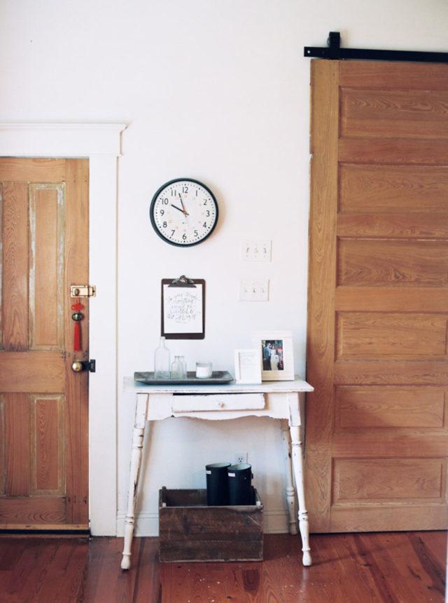 visite deco petite console chinée entre deux portes