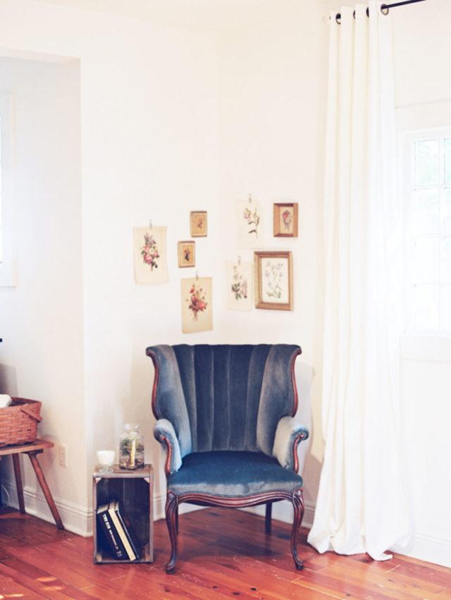 habiller angle salon exemple fauteuil vintage et cadres