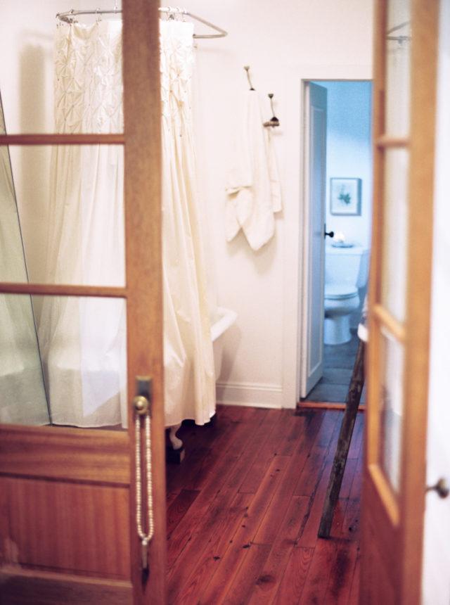 visite déco salle de bain rétro tout en longueur