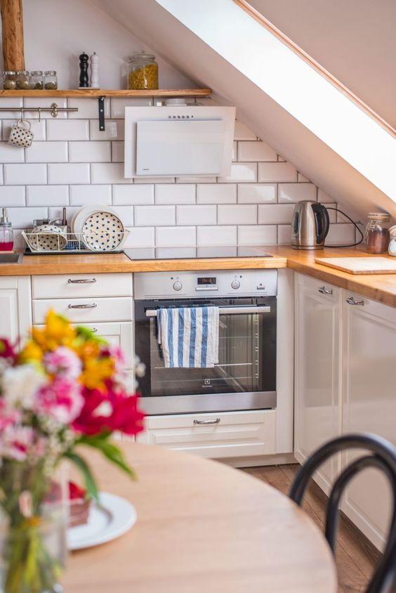 petite cuisine sous les combles carrelage et bois