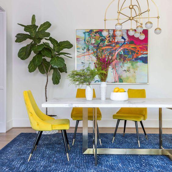 salle a manger blanche chaises jaunes tableau art contemporain