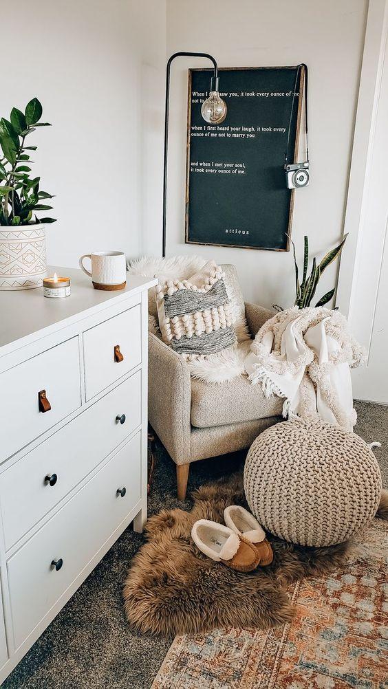 decoration hygge salon moderne fauteuil pouf plaid