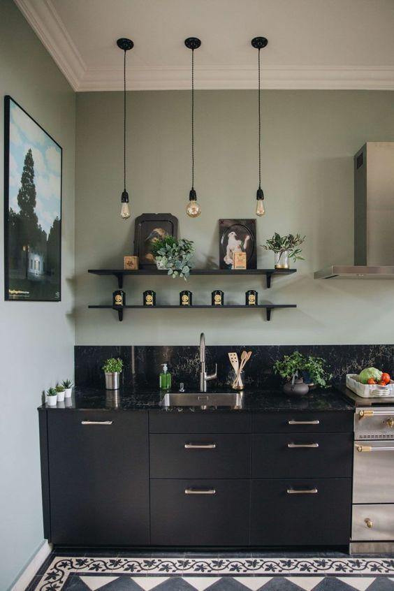 association couleurs vert sauge et noir cuisine