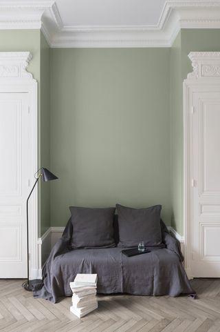 association couleurs vert sauge et gris salon