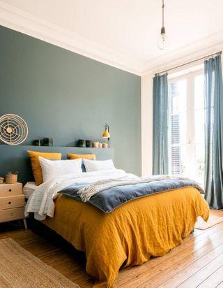 association couleurs vert sauge et jaune moutarde chambre lit