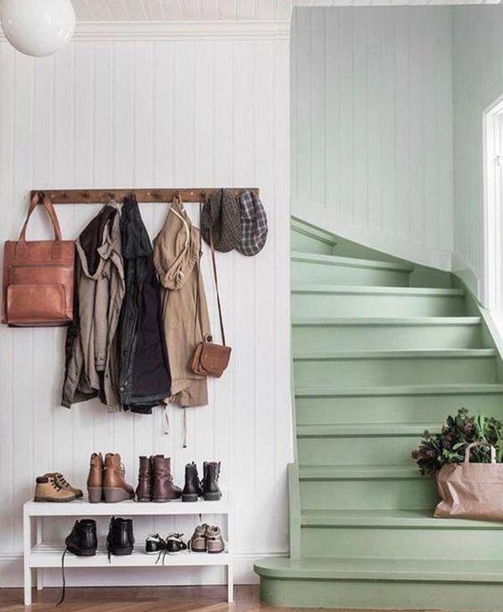 association couleurs vert sauge et blanc entrée escalier