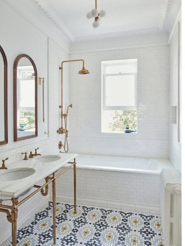 comment utiliser blanc pour decorer carrelage blanc salle de bain robinet doré