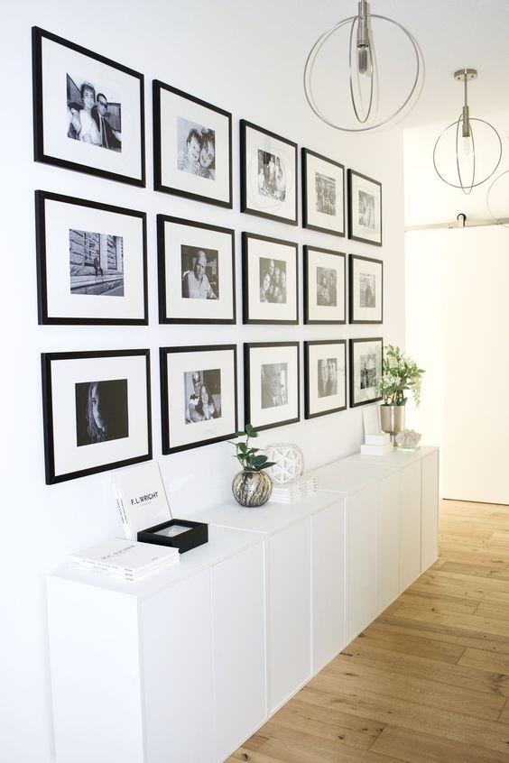 deco couloir entree escaliers cadre muraux ensemble photo de famille symétrie aligné