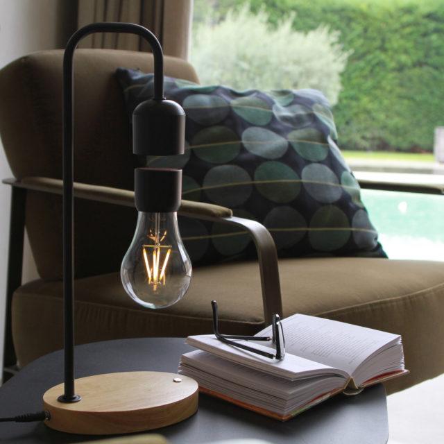 decoration salon lampe a poser design ampoule lévitation magie