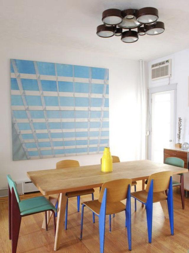 salle a manger style arty exemple mobilier fifties couleur et tableaux mural bleu
