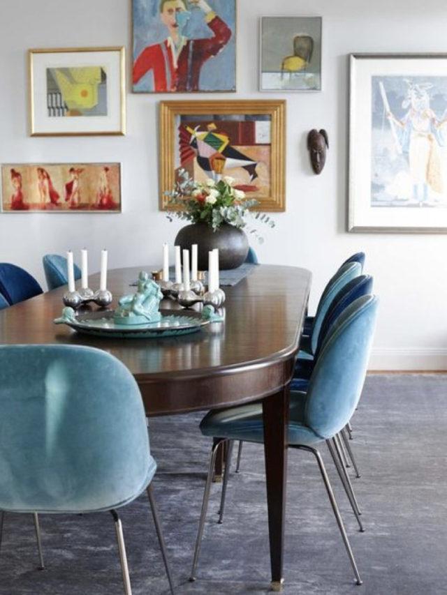 salle a manger style arty exemple chaises design velours bleu tableaux muraux
