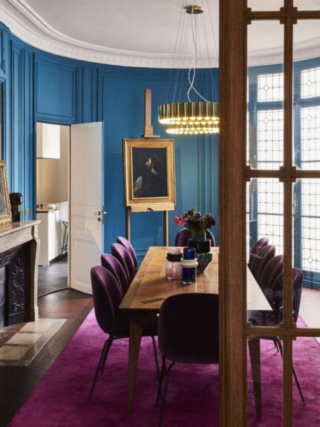 salle a manger style arty exemple couleur bleu et violet contraste moulures classique