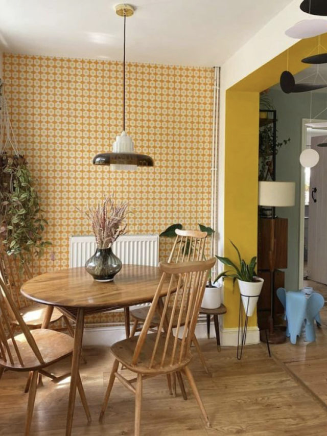 salle a manger style arty exemple papier peint motif années 70 jaune et meuble scandinave vintage