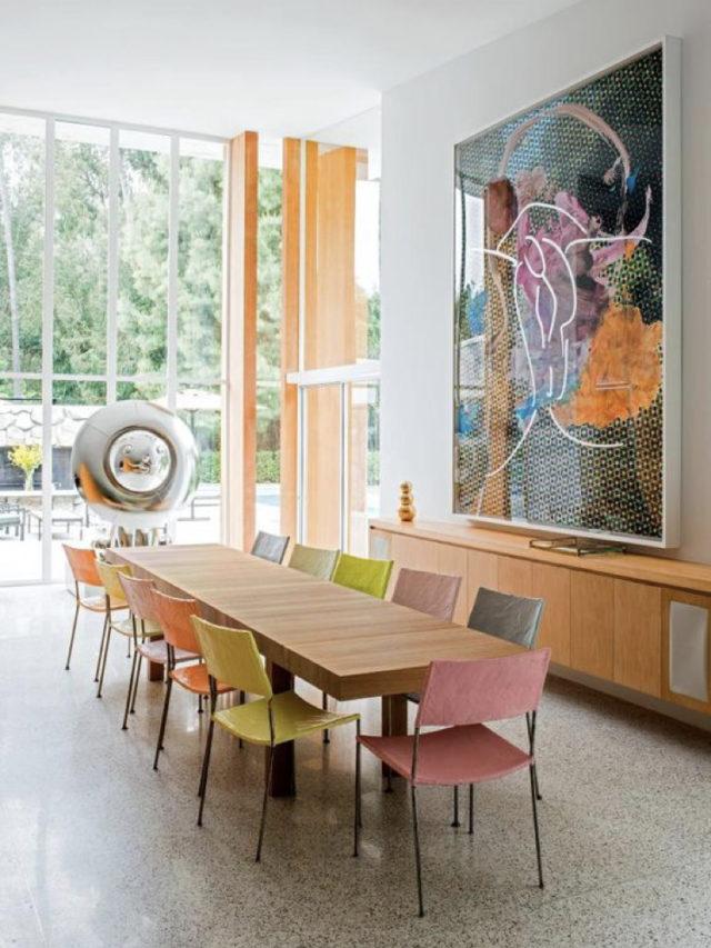 style arty decoration salle a manger chaises colorées dépaeillées grand tableau au dessus enfilade