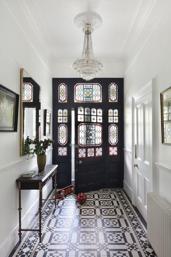 style classique chic carreaux ciment entrée vitraux