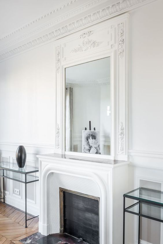 style classique moulures miroir et plafond