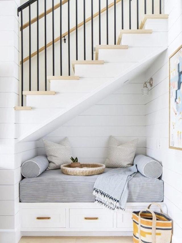 amenagement sous escaliers exemple petite banquette déco coussin