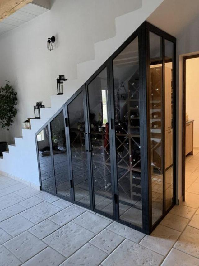amenagement sous escaliers exemple cave a vin verrière