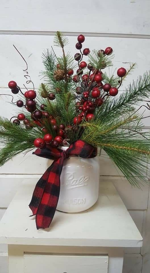 centre table deco noel DIY vase bies rouges et branche de sapin