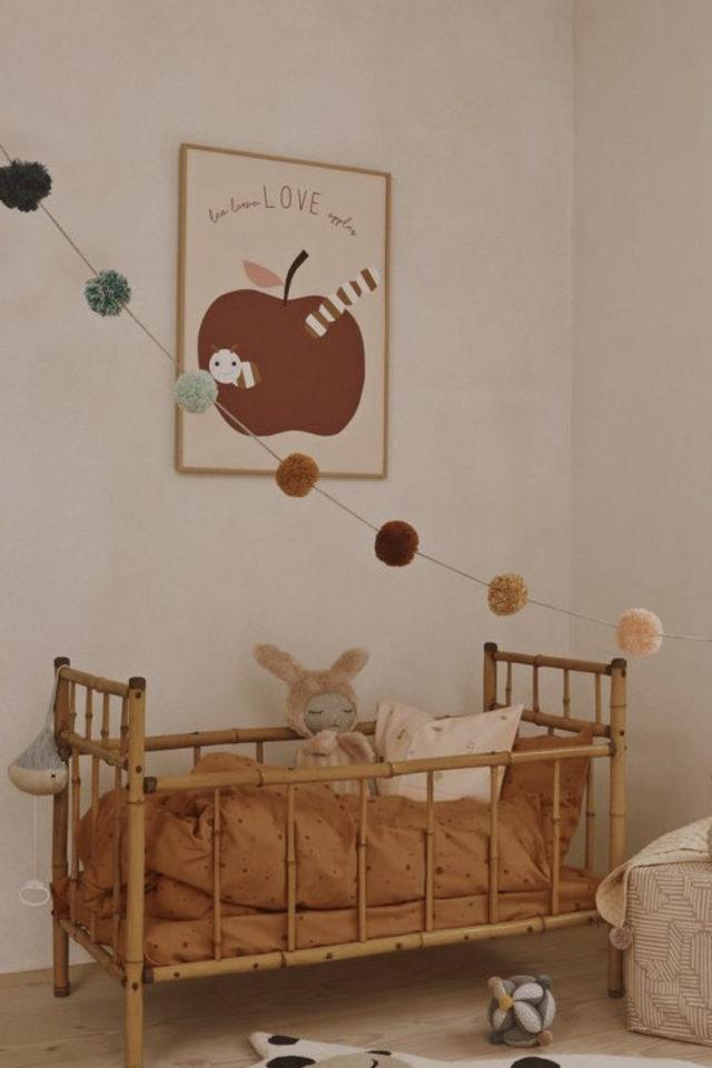 chambre bébé neutre exemple lit en rotin et parure de lit terracotta